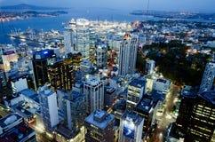 Paisaje urbano de Auckland CBD en la noche - Nueva Zelanda NZ foto de archivo