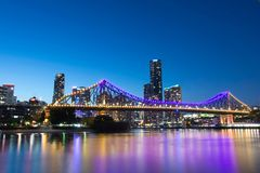 Paisaje urbano de Australia del río de Brisbane del puente de la historia imagen de archivo