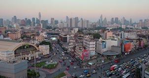 Paisaje urbano de Bangkok con el ferrocarril durante puesta del sol, Tailandia metrajes
