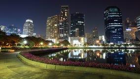 Paisaje urbano de Bangkok con el parque de la reconstrucción Imagen de archivo