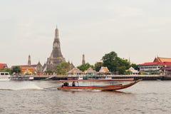 Paisaje urbano de Bangkok con el templo majestuoso Wat Arun Foto de archivo libre de regalías