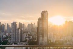 Paisaje urbano de Bangkok después de la lluvia por la tarde con el sol que va abajo Fotos de archivo libres de regalías