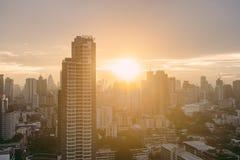 Paisaje urbano de Bangkok después de la lluvia por la tarde con el sol que va abajo Foto de archivo libre de regalías