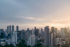 Paisaje urbano de Bangkok después de la lluvia por la tarde con el sol que va abajo Imágenes de archivo libres de regalías
