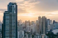 Paisaje urbano de Bangkok después de la lluvia por la tarde con el sol que va abajo Imagen de archivo