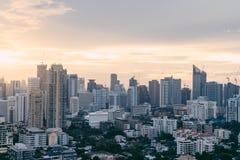 Paisaje urbano de Bangkok después de la lluvia por la tarde con el sol que va abajo Fotografía de archivo