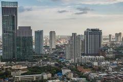 Paisaje urbano de Bangkok, distrito financiero con el alto edificio en la oscuridad Imagenes de archivo