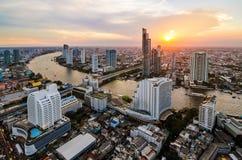 Paisaje urbano de Bangkok, distrito financiero con el alto edificio en la oscuridad Fotos de archivo