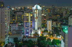 Paisaje urbano de Bangkok, distrito financiero con el alto edificio en la oscuridad Fotos de archivo libres de regalías
