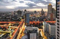 Paisaje urbano de Bangkok en el crepúsculo con tráfico principal Foto de archivo libre de regalías
