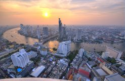 Paisaje urbano de Bangkok en la puesta del sol en la opinión del ojo del ` s del pájaro Imágenes de archivo libres de regalías