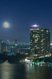 Paisaje urbano de Bangkok. Opinión del río de Bangkok con la Luna Llena en el crepúsculo Imagen de archivo libre de regalías