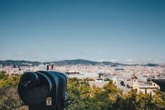 Paisaje urbano de Barcelona del telescopio en el concepto del viaje de España de la oscuridad fotos de archivo