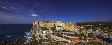 Paisaje urbano de Bonifacio en un día ventoso del mistral típico fotos de archivo
