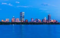 Paisaje urbano de Boston Panorama de la bahía trasera en la oscuridad EE.UU. imágenes de archivo libres de regalías
