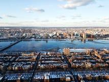 Paisaje urbano de Boston y del río Charles por la tarde en invierno fotos de archivo