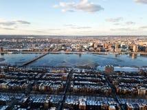 Paisaje urbano de Boston y del río Charles por la tarde en invierno foto de archivo libre de regalías