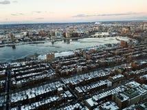 Paisaje urbano de Boston y del río Charles por la tarde en invierno imágenes de archivo libres de regalías