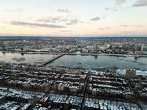 Paisaje urbano de Boston y del río Charles por la tarde en invierno imagen de archivo
