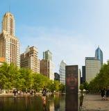 Paisaje urbano de Chicago con la fuente de la corona Imágenes de archivo libres de regalías