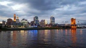 Paisaje urbano de Cincinnatti Ohio en la oscuridad foto de archivo libre de regalías
