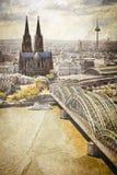 Paisaje urbano de Colonia con el río del Rin y la catedral famosa imagen de archivo