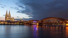 Paisaje urbano de Colonia en la oscuridad Imagen de archivo