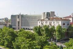 Paisaje urbano de Dnipropetrovsk con el edificio del ayuntamiento Fotos de archivo