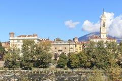 Paisaje urbano de Dora Baltea River y de Ivrea en Piamonte, Italia fotografía de archivo