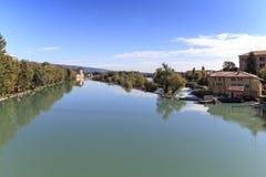 Paisaje urbano de Dora Baltea River y de Ivrea en Piamonte, Italia foto de archivo