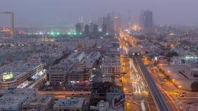 Paisaje urbano de Dubai durante día de la tempestad de arena al timelapse de la noche almacen de video