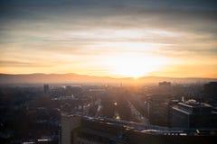 Paisaje urbano de Dublín, puesta del sol sobre los edificios de oficinas e iglesia Imagen de archivo libre de regalías