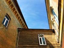 Paisaje urbano de edificios viejos con el cielo azul Fotografía de archivo