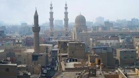 Paisaje urbano de El Cairo islámico con los alminares altos almacen de video