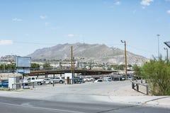 Paisaje urbano de El Paso con la montaña en fondo imágenes de archivo libres de regalías