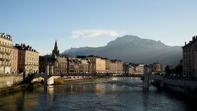 Paisaje urbano de Grenoble, de Francia con el río Isere, del puente renoved de Saint Laurent y del Ca famoso almacen de video
