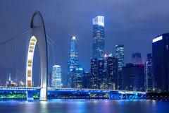 Paisaje urbano de Guangzhou sobre el río Pearl con el puente de Liede y el distrito financiero iluminados por la tarde Guangzhou, fotos de archivo libres de regalías