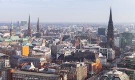 Paisaje urbano de Hamburgo, Alemania Silueta del hombre de negocios Cowering foto de archivo