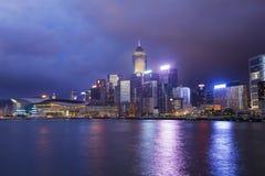 Paisaje urbano de Hong-Kong en el crepúsculo Foto de archivo libre de regalías