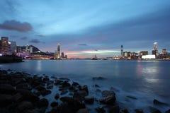Paisaje urbano de Hong-Kong en la noche Fotografía de archivo