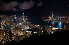 Paisaje urbano de Hong Kong en la noche Imagenes de archivo