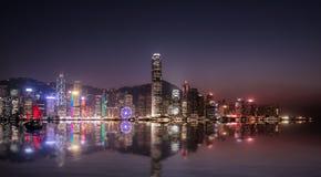 Paisaje urbano de Hong-Kong en la noche foto de archivo