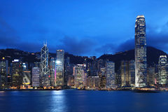 Paisaje urbano de Hong-Kong en la oscuridad fotografía de archivo libre de regalías