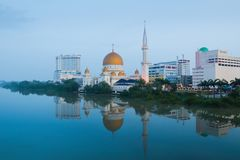 Paisaje urbano de Klang con la reflexión en el río por la mañana imagenes de archivo