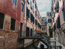 Paisaje urbano de la calle veneciana vieja vacía con los edificios coloridos lamentables Fotos de archivo libres de regalías
