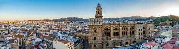 Paisaje urbano de la catedral y de la ciudad de Málaga en el amanecer Imagen de archivo