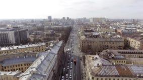 Paisaje urbano de la ciudad, del camino ancho con muchos coches que montan, de edificios y de calles almacen de video