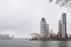 Paisaje urbano de la ciudad de Rotterdam con el puente de Erasmus imagenes de archivo
