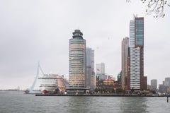 Paisaje urbano de la ciudad de Rotterdam con el puente de Erasmus imagen de archivo