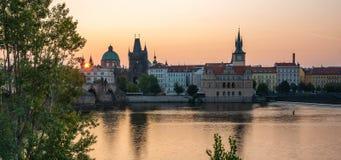 Paisaje urbano de la ciudad vieja de Praga con salida del sol colorida de enfrente del río de Moldava imagen de archivo